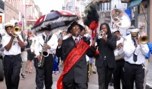 Parade mit Marching Band in New Orleans
